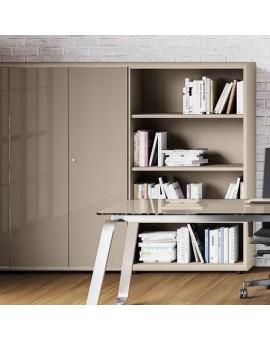 Armoires hautes ouvertes et à portes battantes en verre gris beige